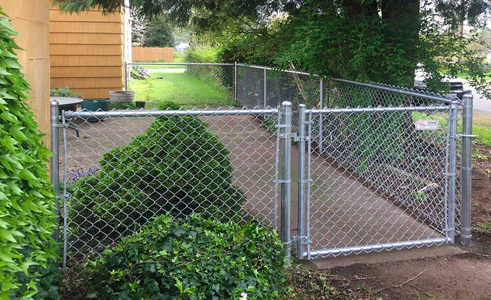 Galvanized chain link fence with single-swing gate