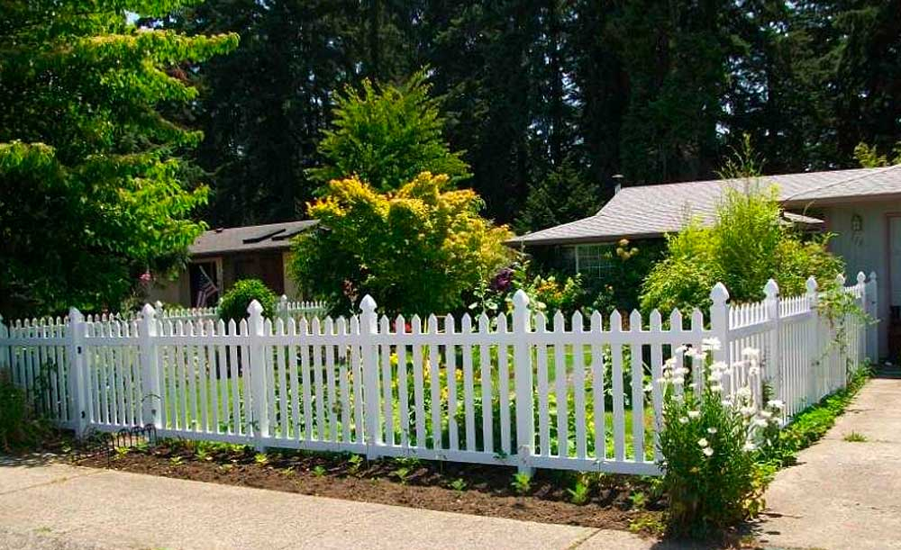 Straight Wide picket vinyl fence with gothic caps
